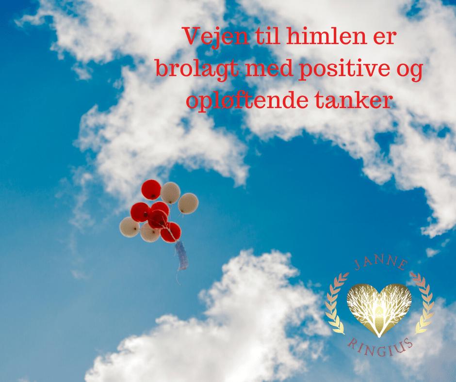 7 røde og hvide balloner stiger mod himlen, for at afspejle at dine tanker skal være opløftende for at støtte dig i et positivt liv.